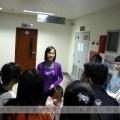Chị Hào, cán bộ khoa Tổ chức và vận động hiến máu, đang hướng dẫn các sinh viên thuộc mạng Khởi đầu mới vừa tham gia hiến máu sáng 31.01.2010 thăm Ngân hàng máu.