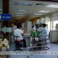 Các kỹ thuật viên thuộc khoa Chế phẩm máu đang tiến hành công việc sản xuất các chế phẩm máu từ nguồn máu mới thu gom được. Công việc của họ diễn ra liên tục, bất cứ khi nào có máu là họ phải sẵn sàng.
